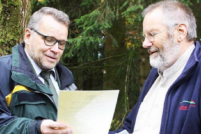 Forstpräsident übergibt Anerkennungsurkunde