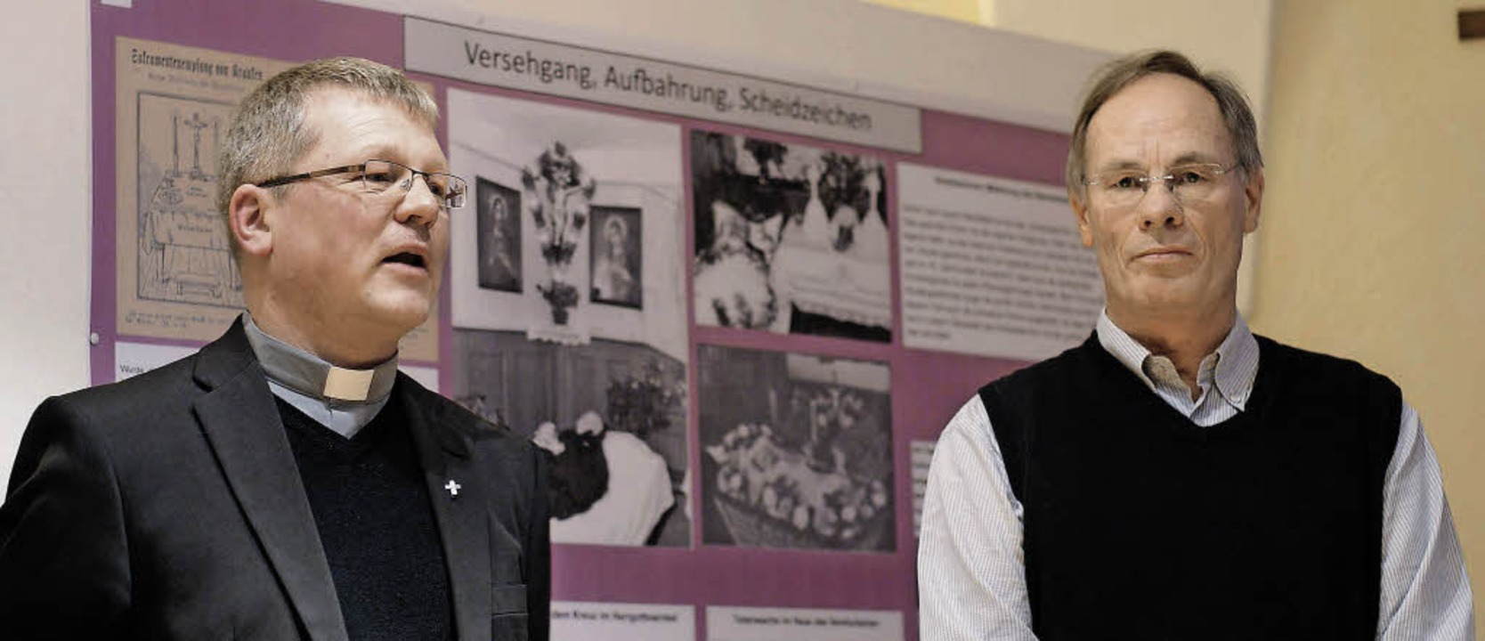 Pfarrer Stefan Meisert (links) und Tho...farrgang der Klosterkirche St. Peter.     Foto: Christian John