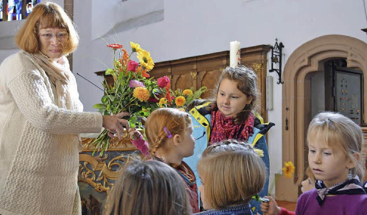 Mit Blumen drückten die Kindergartenki...onika Heister-Sumser, ihren Dank aus.     Foto: Gerhard Lück