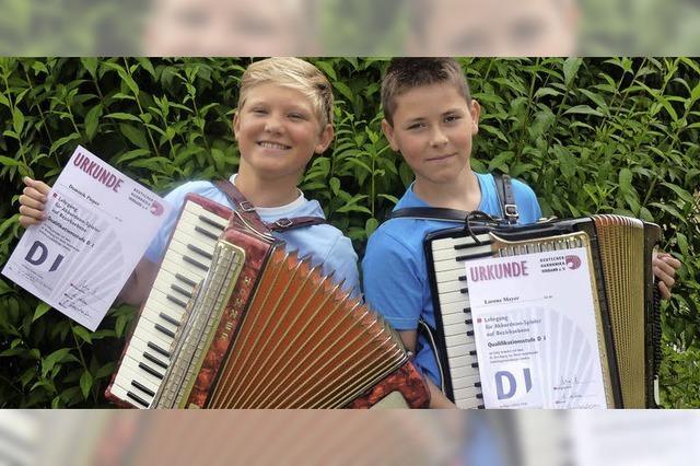 Erfolgreiche Jungmusiker auf der Bühne