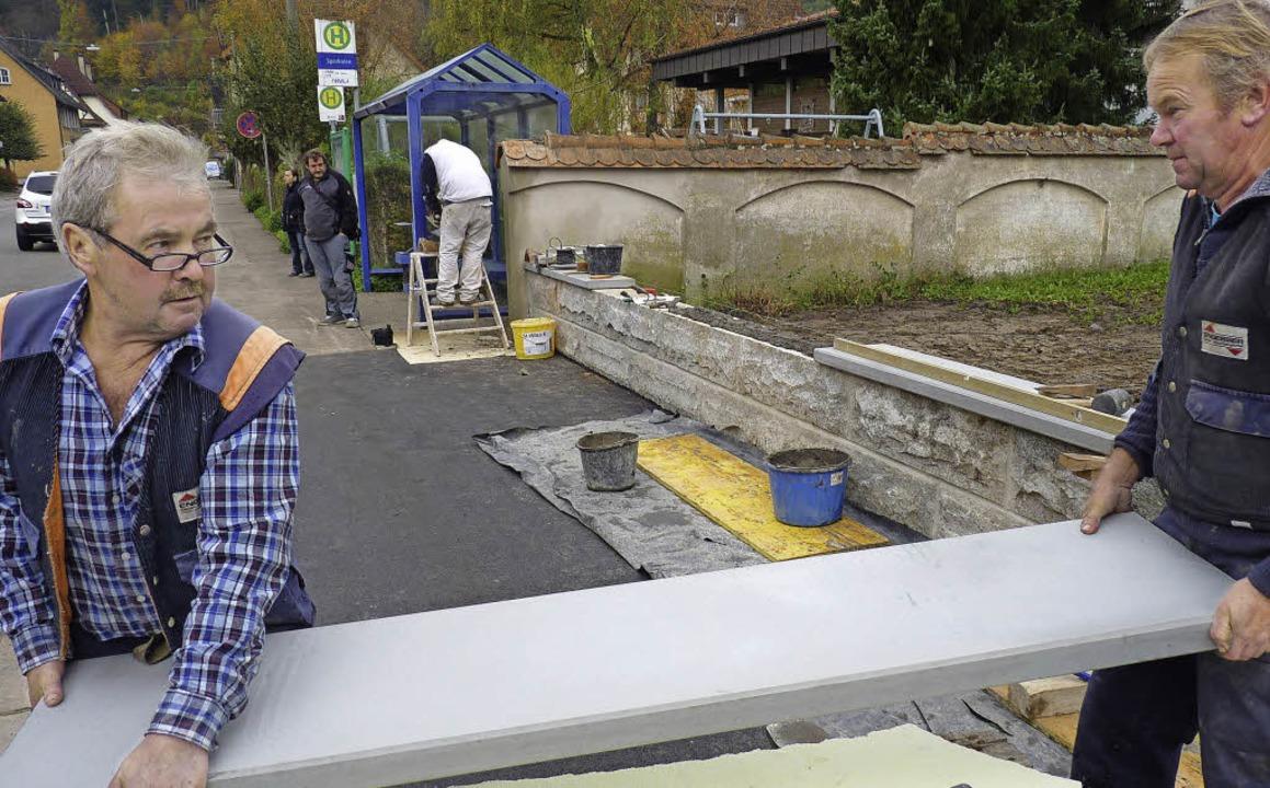 Bushaltestelle Schönau: Der Gehweg ist...uer zum Pfarrgarten befestigt werden.     Foto: sattelberger
