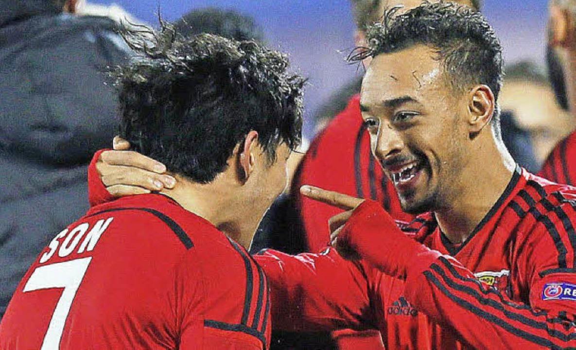Heung-Min Son  und Karim Bellarabi hat...l am Leverkusener Sieg in Petersburg.     Foto: dpa