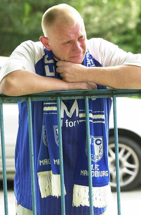 Die Fans ostdeutscher Vereine, wie die...m Fall der Mauer nicht viel zu lachen.  | Foto: dpa