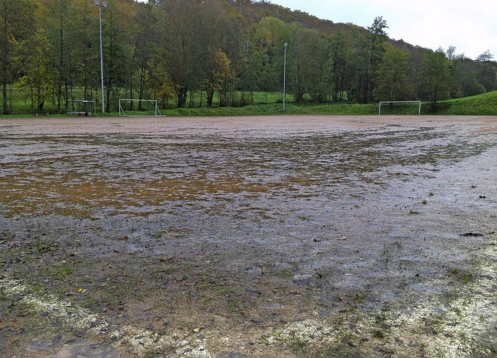 Der Hartplatz des SV in Liel ist in keinem guten Zustand.   | Foto: Jutta Schütz