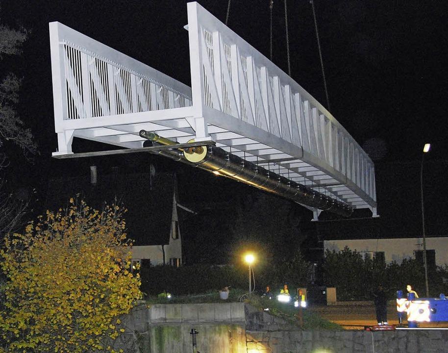 Die Brücke schwebt in der Dunkelheit w...emdes Raumschiff über dem Fluss Wiese.    Foto: Edgar Steinfelder