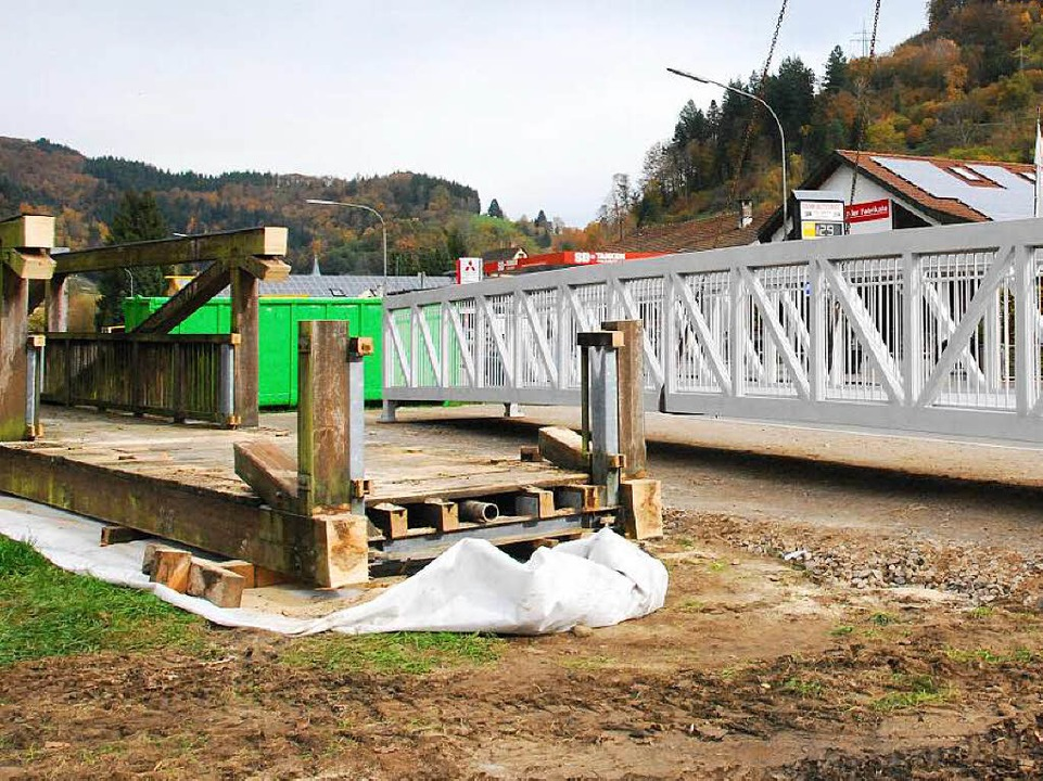 So sah die alte Holzbrücke aus, die morsch geworden war.    Foto: Edgar Steinfelder