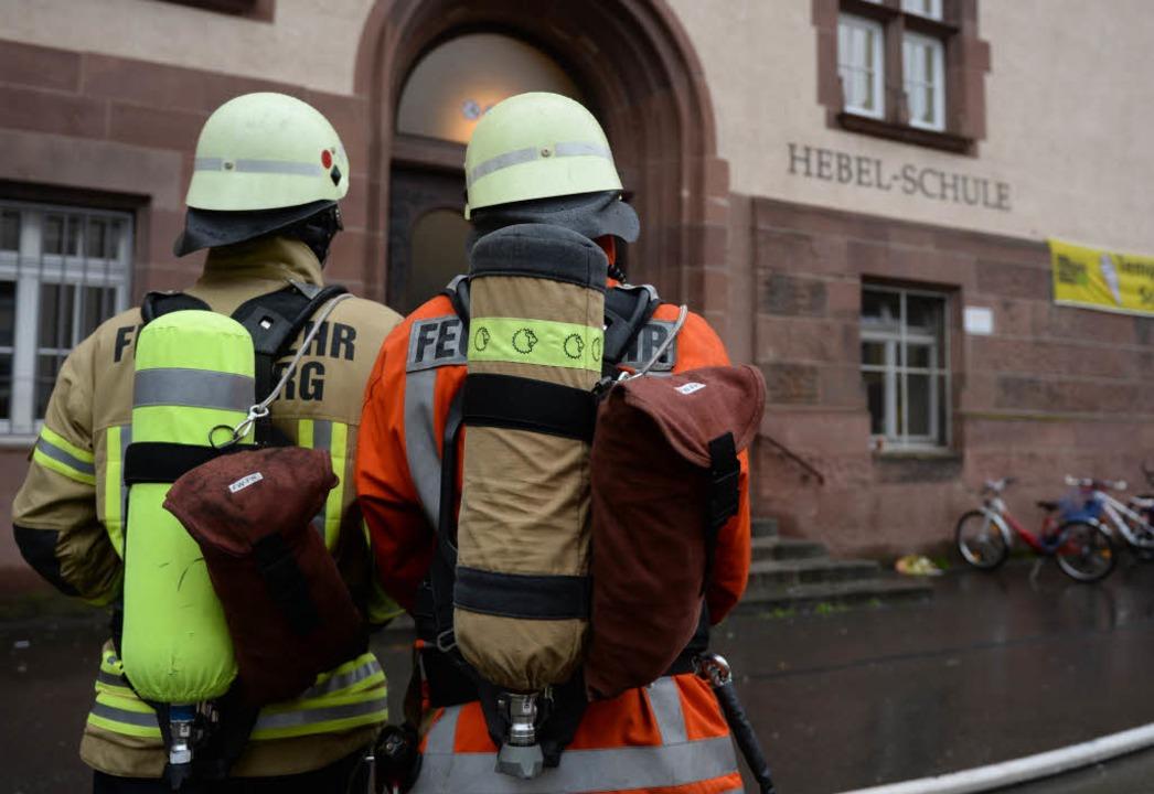 Die Freiburger Feuerwehr musste eine Schule in der Engelbergerstraße evakuieren.    Foto: dpa