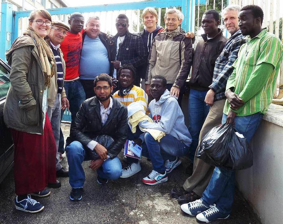 Tommaso Pipitone (blauer Pullover) und...ern und Flüchtlingen in Castelvetrano.  | Foto: zvg
