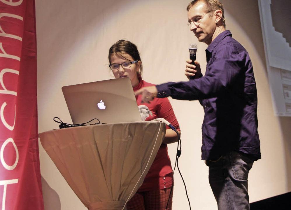 Wissbegierig: Lara mit Professor Alexander Repenning  | Foto: Susanne Kanele