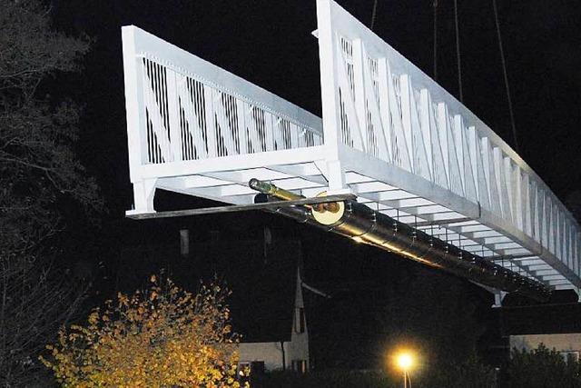 Aluminiumsteg ersetzt marode Brücke über die Wiese