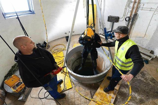 Taucher reinigen die Tiefbrunnen