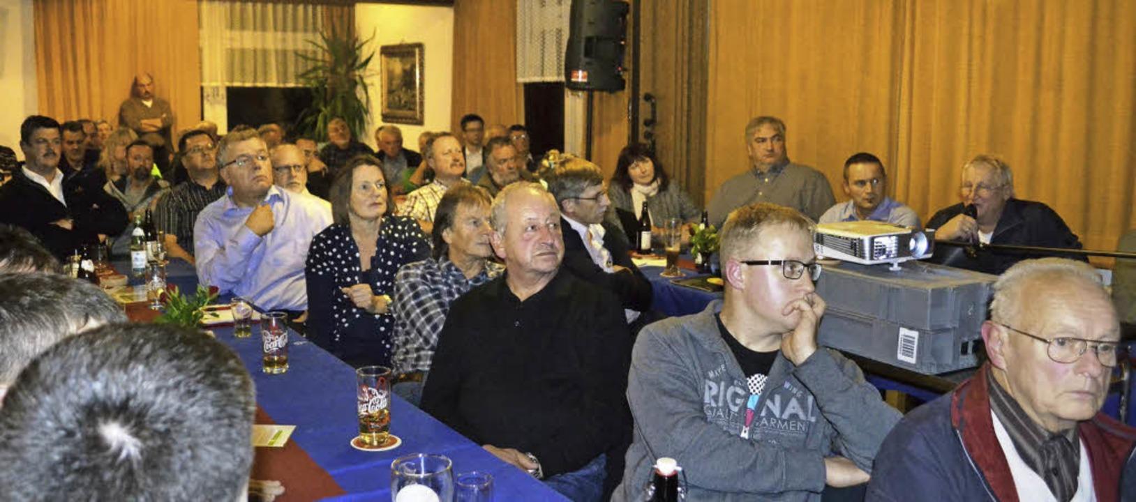 Gespannt verfolgen die Teilnehmer in Häg die Ausführungen zum Thema Windkraft .   | Foto: Paul Berger