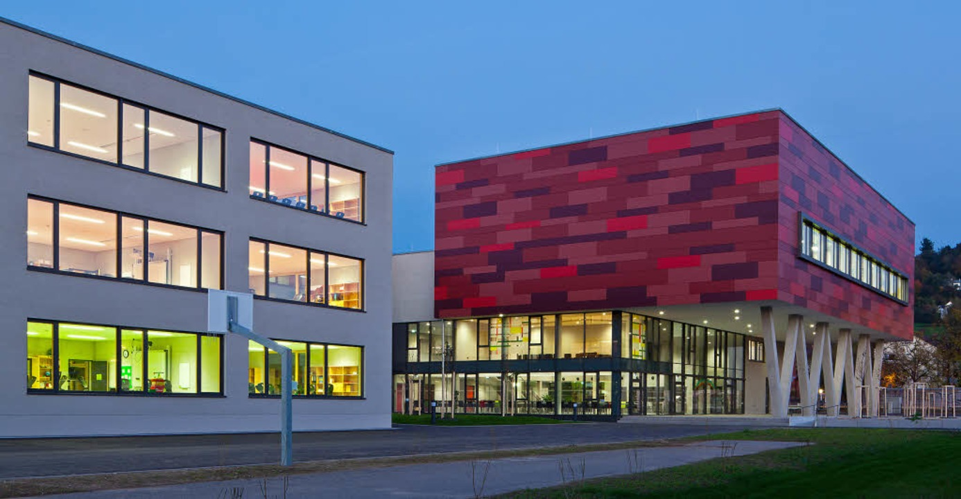 Blick auf die neue Schule in der Dämmerung  | Foto: Ingeborg Lehmann