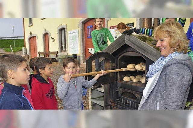 Kinder backen ihr eigenes Brot