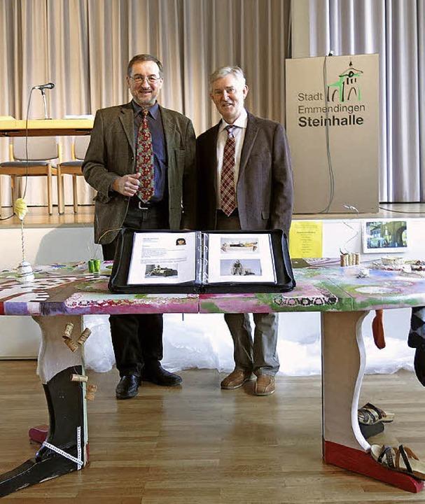Der Kunsttisch für das Rathaus; im Hintegrund Werner Tegeler und Martin Zahn  | Foto: Georg Voß