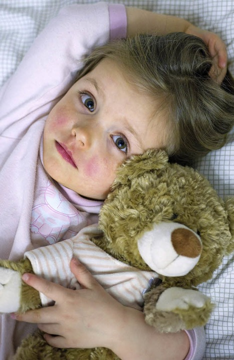 Ein Teddy kann trösten. Elterliche Zuneigung ersetzt er nicht.   | Foto: dpa/Kathrin Blum