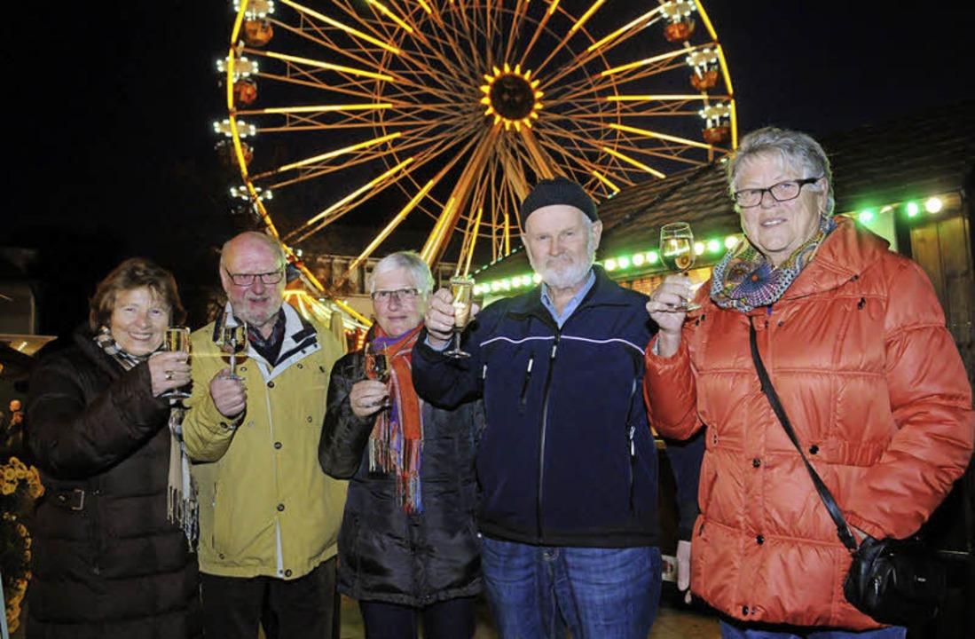 Darauf noch ein Gläschen Sekt: auf dem Rathausplatz vor dem Riesenrad.  | Foto: WOLFGANG KUENSTLE