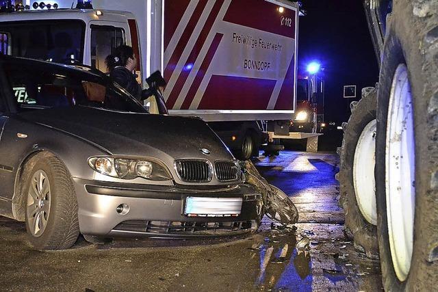 Auto prallt auf Traktor - drei Personen verletzt