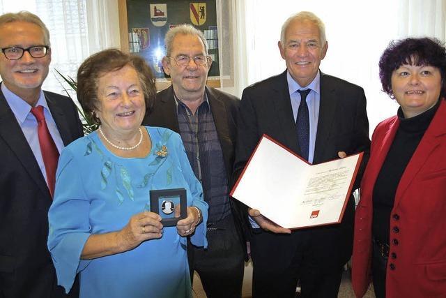 Vreni Hirt erhält die Willy-Brandt-Medaille