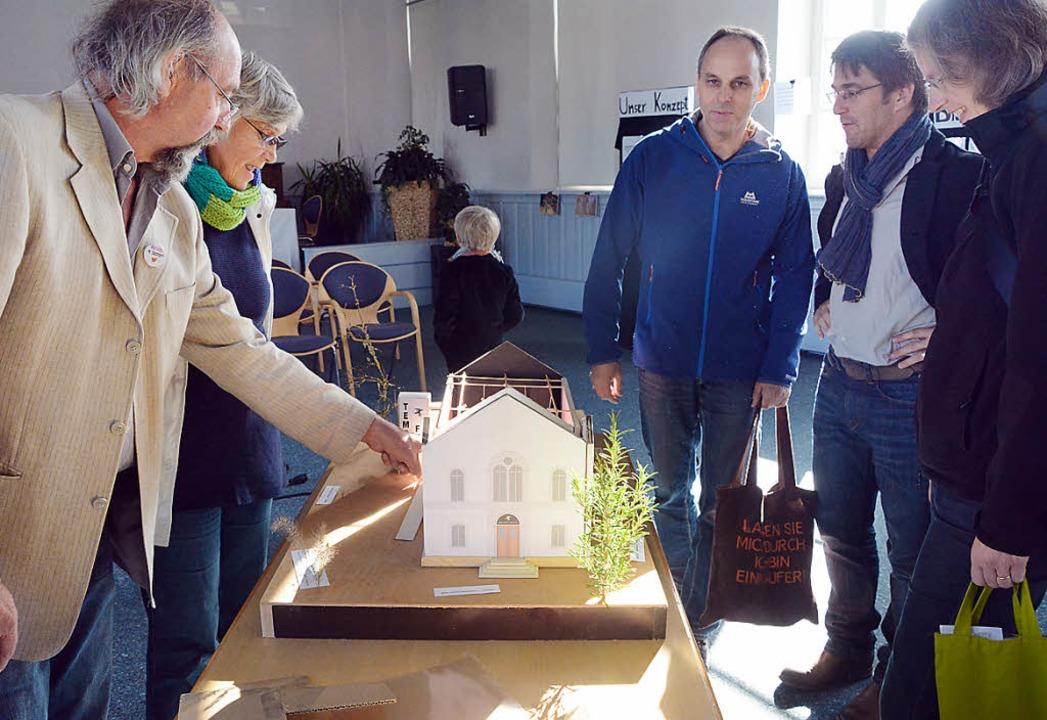 Auf viel Interesse stieß das  detailge...Philipp Reiss (links)  geschaffen hat.  | Foto: Barbara Ruda