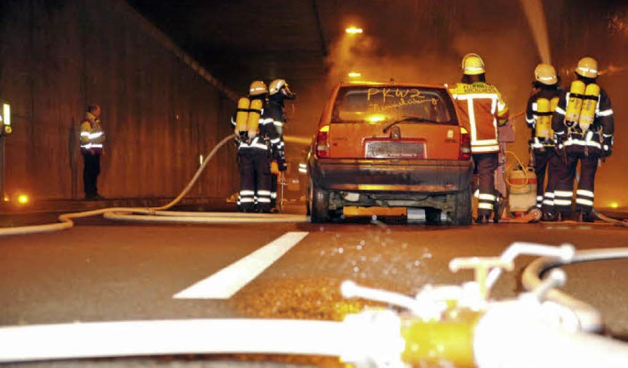Brennende Autos und Rauch im Kappler Tunnel: die Feuerwehr beim Löscheinsatz    Foto: Patrick Kerber