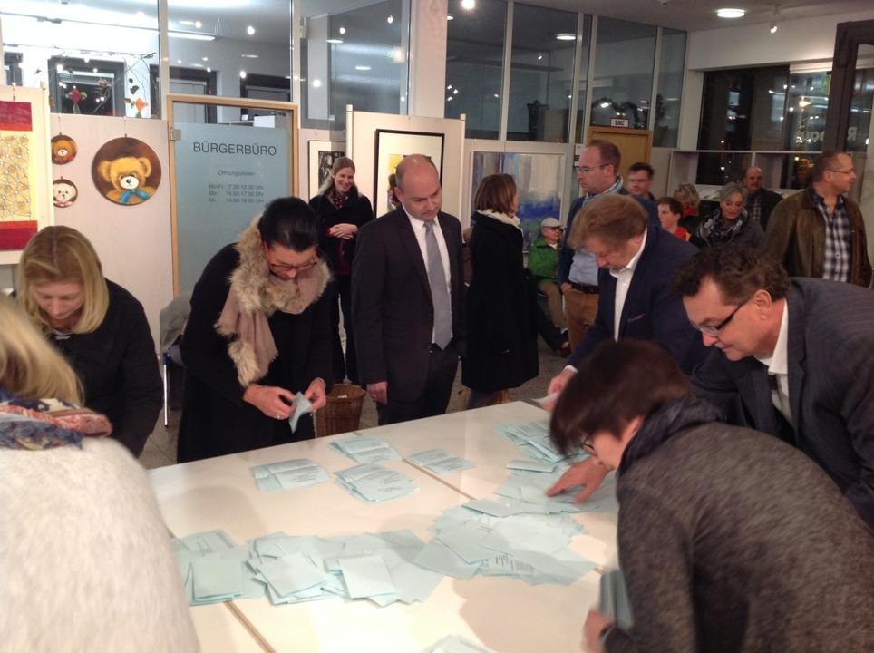 Bürgermeister-Kandidat Christian Göppe...die Auszählung der Stimmen im Rathaus.    Foto: Max Schuler