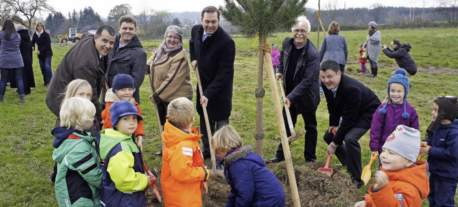 Gemeinsam pflanzten  Gabriele Schmidt,...of drei Bäume (Bildmitte, von links).   | Foto: Reinhard Herbrig