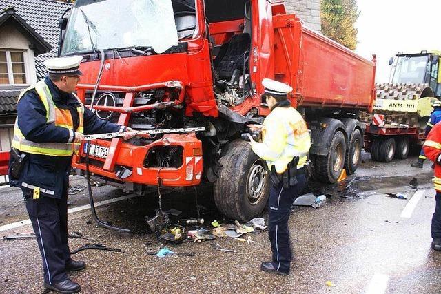 Zwei Lkw-Fahrer bei Unfall verletzt