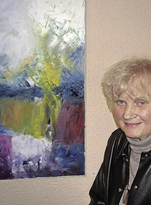 Lore Schacht neben ihrem Gemälde &#822...ndebibliothek malte und auch schenkte.  | Foto: Lauffer