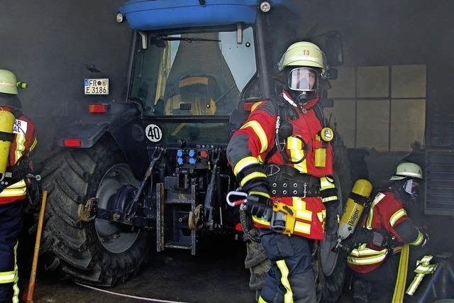 Beim Schweißen fängt Traktor Feuer