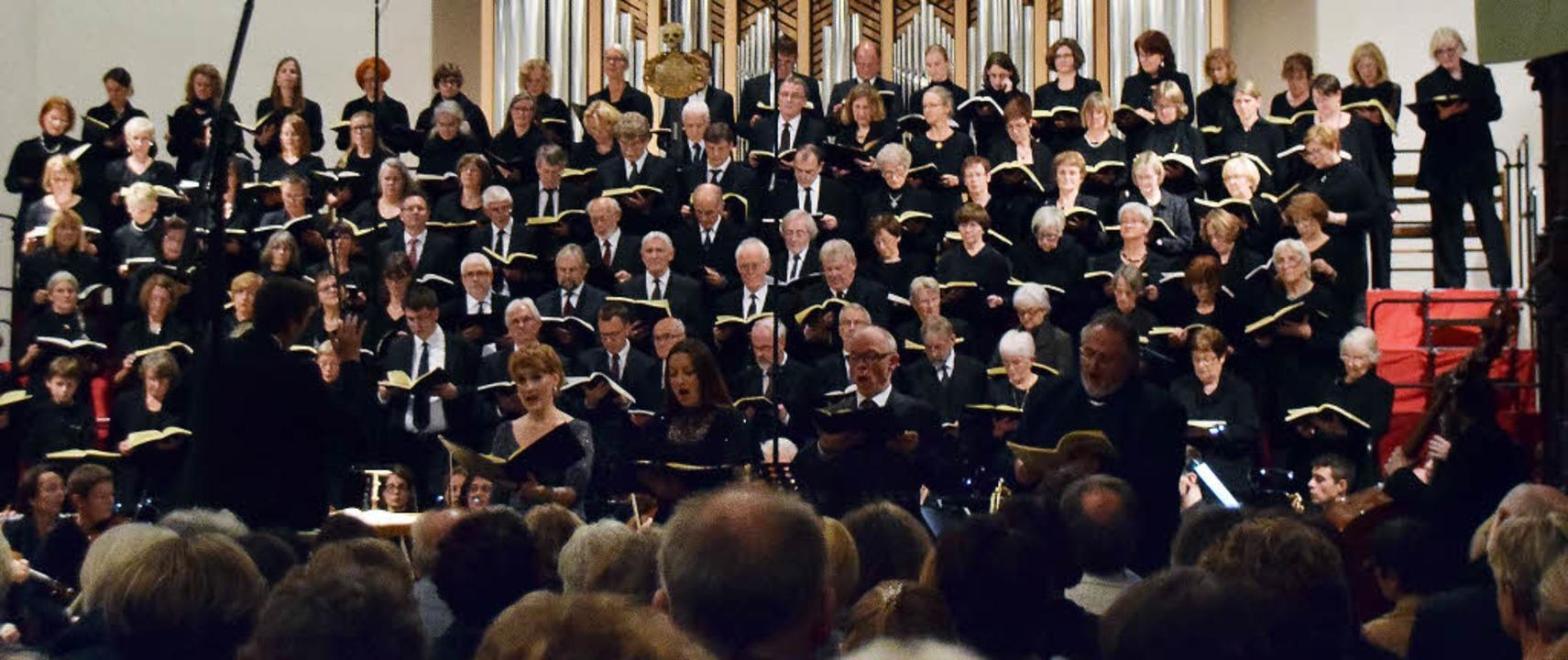 Die Kantorei Schopfheim mit dem Markgr...Kammerorchester unter Christoph Bogon   | Foto: Sarah Nöltner