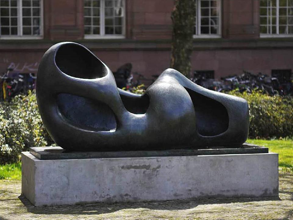 Die monumentale Liegende war mal wiede...e wieder auf ihrem Sockel vor der Uni.  | Foto: Schneider