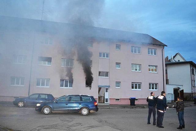 Feuerwehr rettet zwei Menschen aus brennender Wohnung