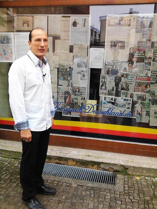 Peter Fitzek vergleicht sich gerne mit...or seinem Hauptquartier in Wittenberg.    Foto: Przybilla