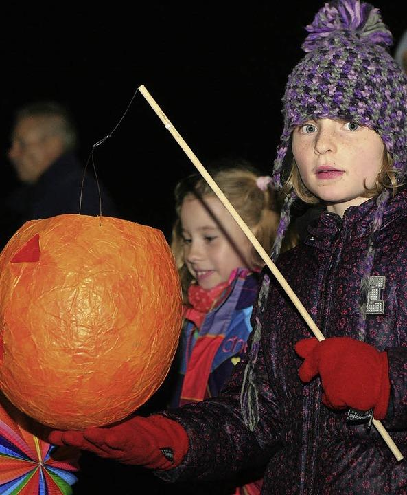 Kinder mit Laternen  waren auch in Kirchzarten unterwegs.   | Foto: Adam