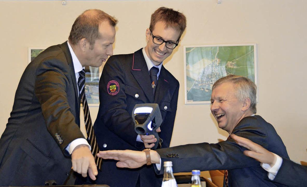 Warme Hände: Bürgermeister Siegfried K... der neuen  Wärmebildkamera erklären.     Foto: Markus Donner