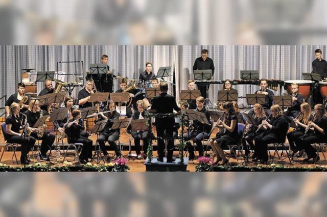 Der Dirigent im Baströckchen