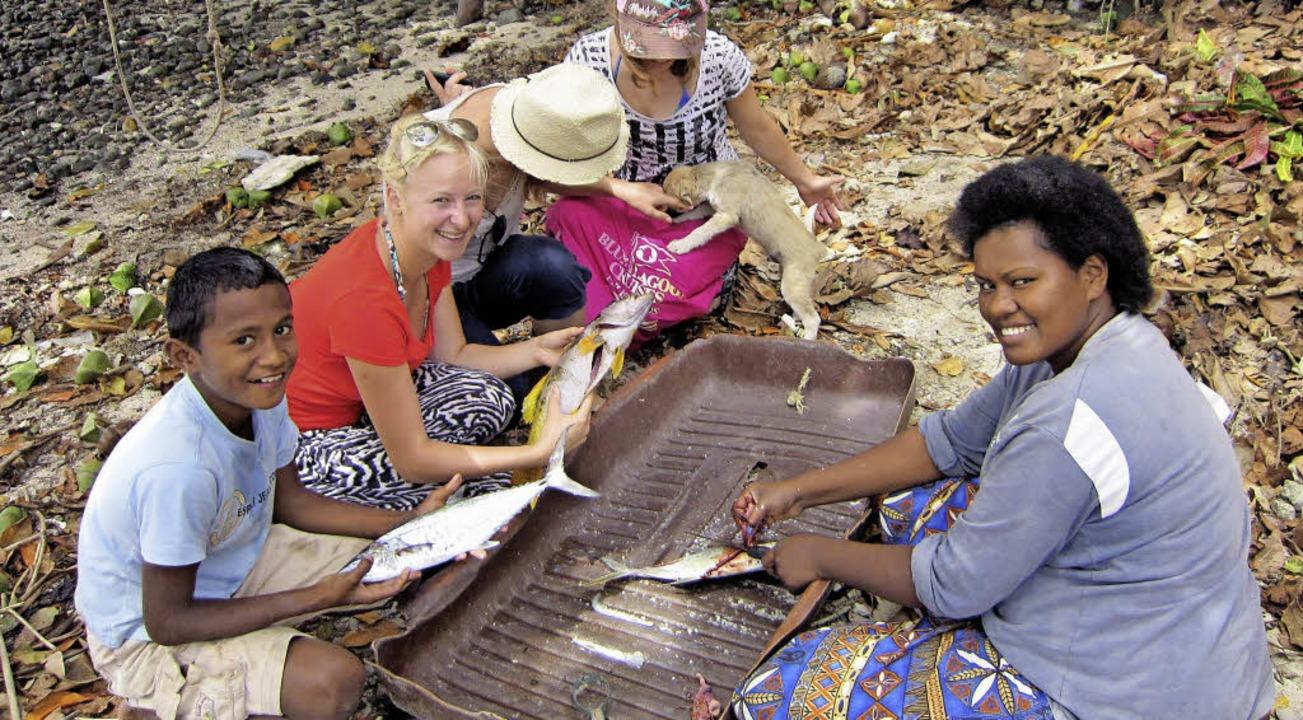 Alltagsarbeit für Frauen und Kinder: A... Säubern der Fische nach dem Fischfang  | Foto: Privat