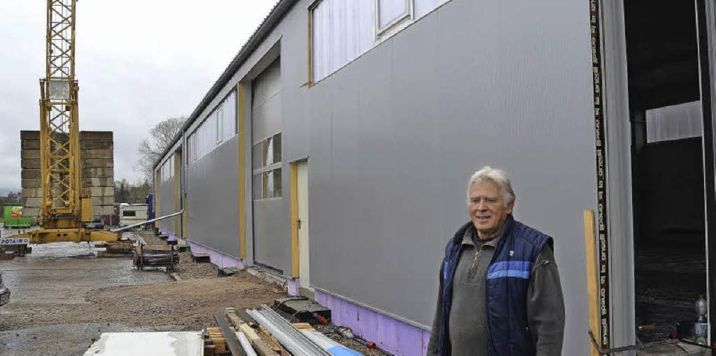 Klaus Mündel vor der fast fertigen neuen Halle im Glasbergweg   | Foto: Sebastian Wolfrum / Kamera 24 (2)