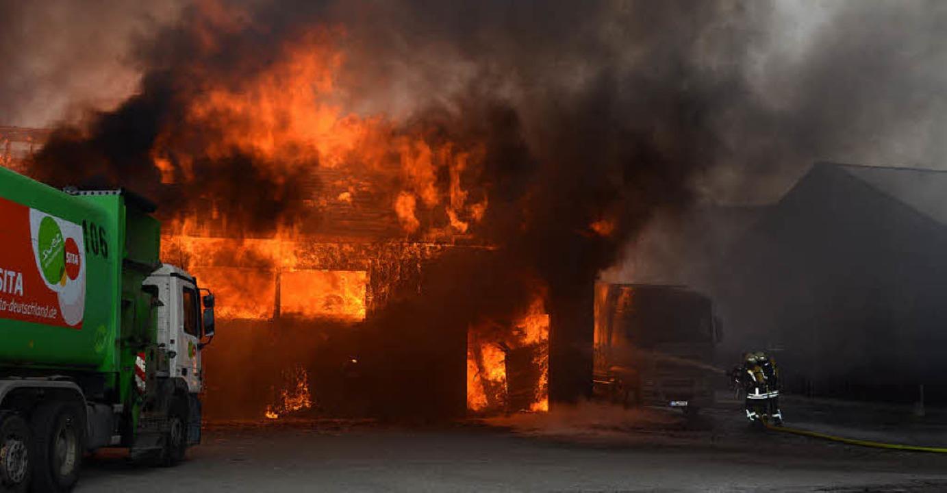 Die Flammen verursachen im März einen Millionenschaden.  | Foto: Kamera24.tv