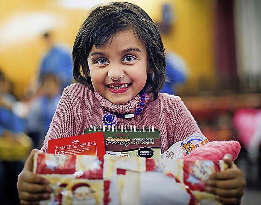 Die Aktion Weihnachten im Schuhkarton sorgt   für strahlende Kinderaugen.   | Foto: Markus Pletz