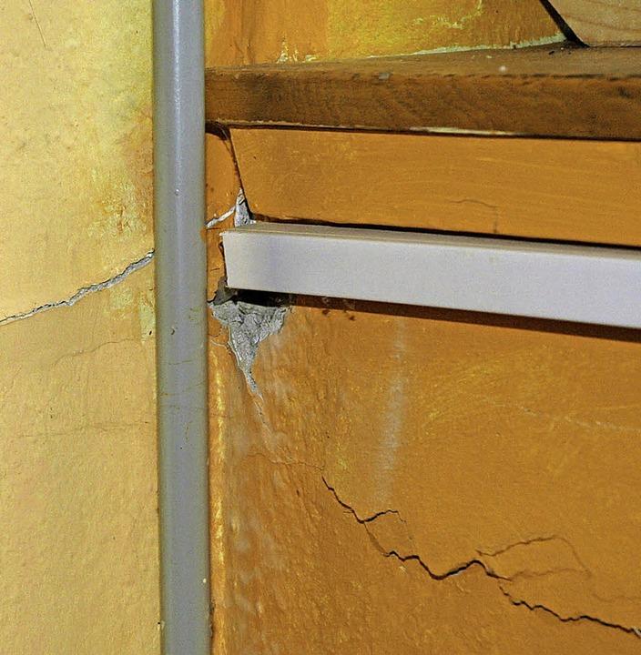 Da bröckelt's: Risse im Mauerwerk der  Festhalle   | Foto: Ounas-Kräusel