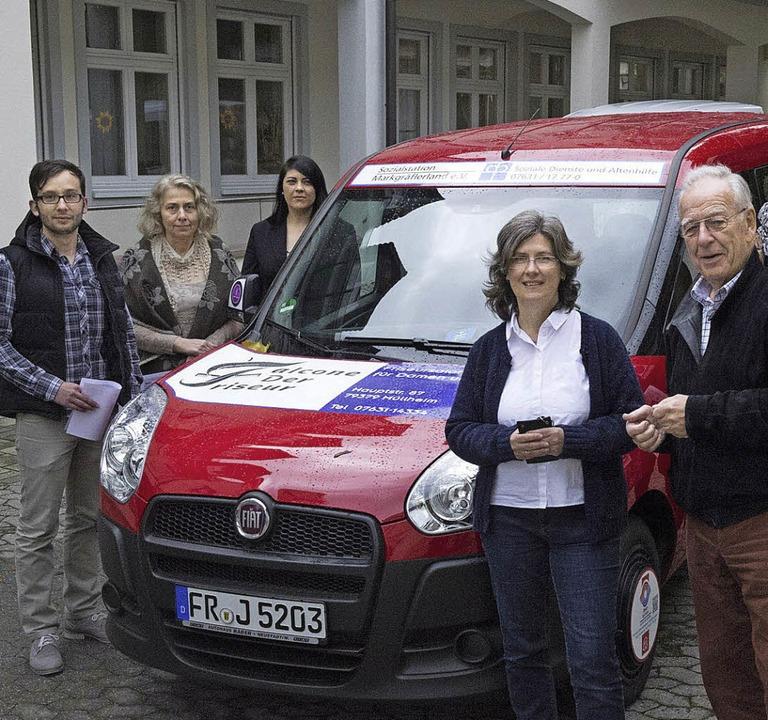 Ein Auto für die  Demenz-Gruppen:  Soz... den Schlüssel an eine Mitarbeiterin.   | Foto: Münch