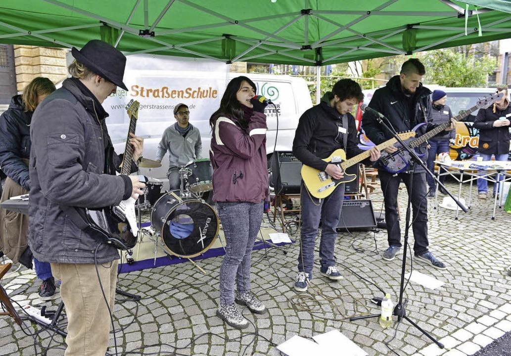 Tunnelblick: Die Band rockte vor dem T...traßenschulbus jeden Dienstag steht.      Foto: Ingo Schneider