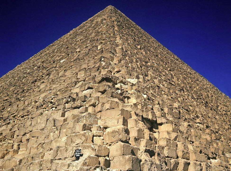 Blick über die Kanten der Cheops-Pyramide bis zur Spitze   | Foto: dpa