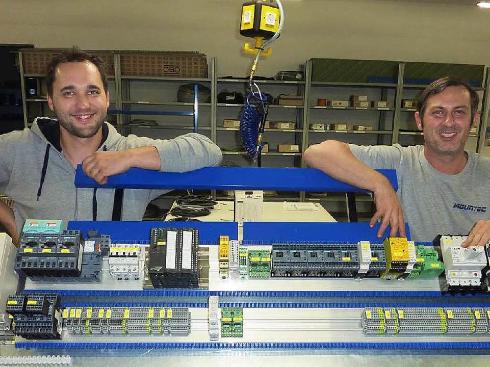 Sebastian Lorenz (links) und Manuel Volk mit einem ihrer Schaltschränke.  | Foto: Karlernst Lauffer