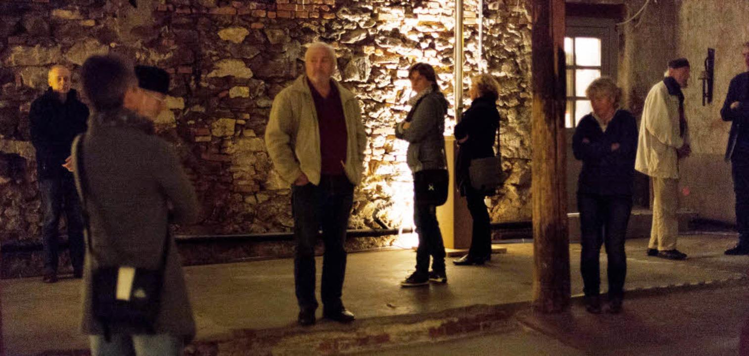 Zuhörer bewegen sich innerhalb der Kla...rgen Reuschel in der Kulturkathedrale.    Foto: Photographer: Gabriele Zahn
