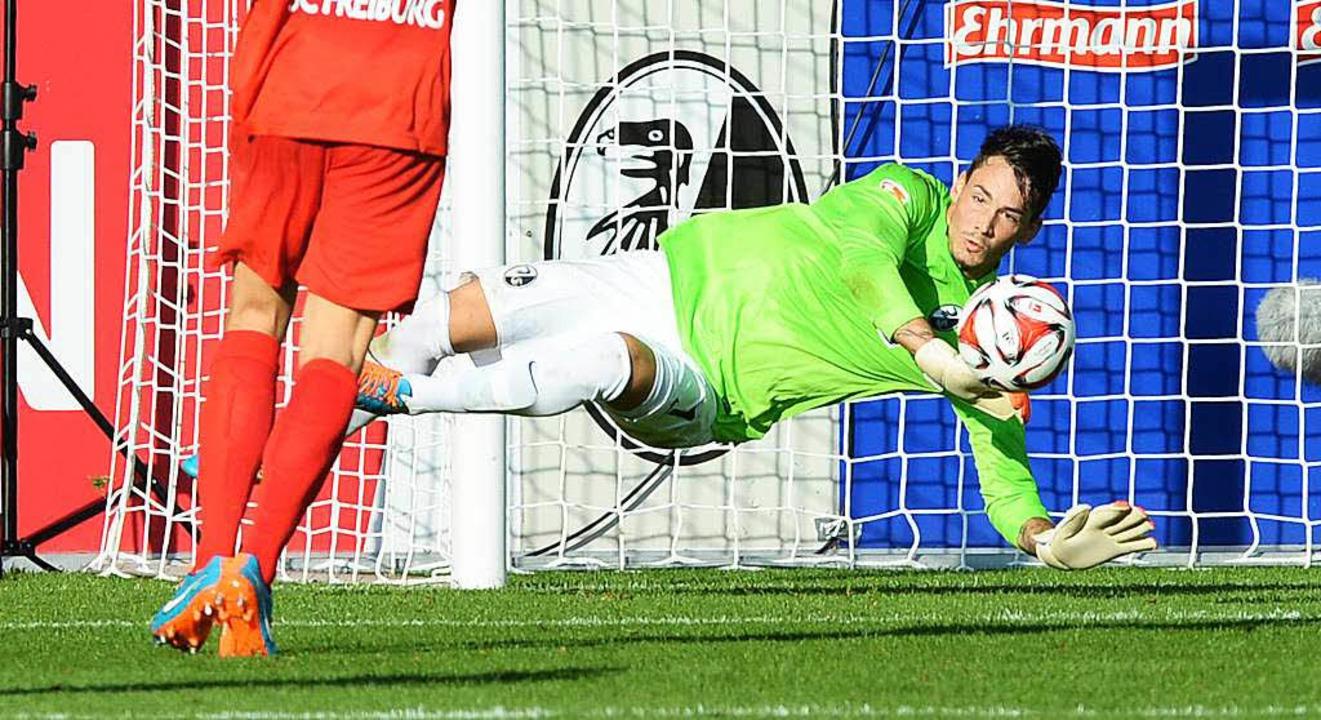 Sichert den SC Freiburg hinten ab: Torwart Roman Bürki.    Foto: dpa