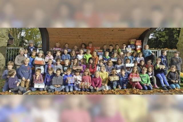 Kinder packen Geschenkkartons