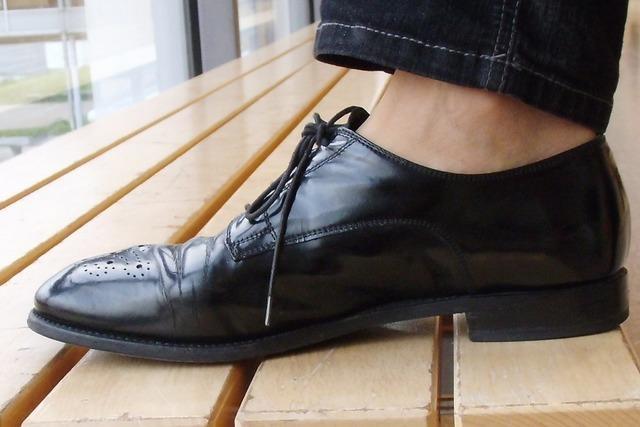 Vier resolute Damen prügeln sich mit Schuh und Krücke in Titisee